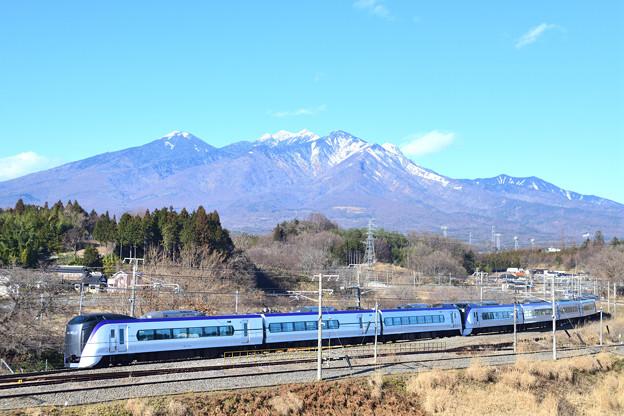 八ヶ岳とE353系中央線特急あずさ号