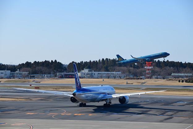 ANA機と離陸するVN機