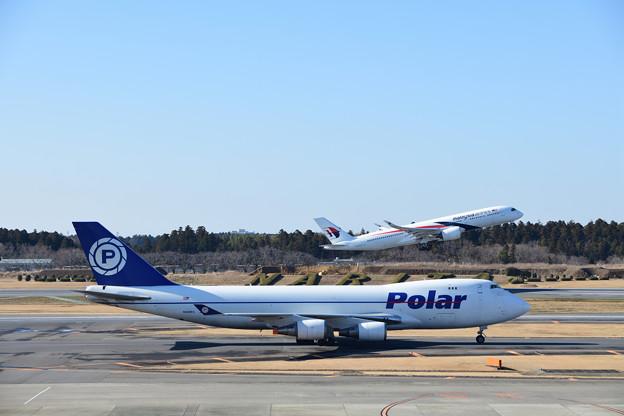 ポーラー航空機とマレーシア航空機の離陸シーン