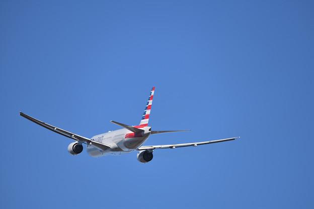 飛び行くアメリカン航空 B777