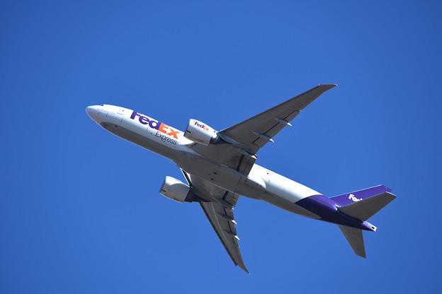 飛び立つFEDEX航空機材