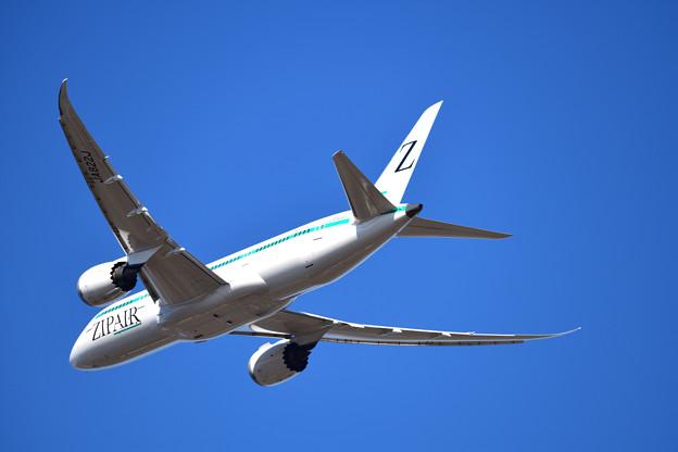 飛び去るZIP AIR機