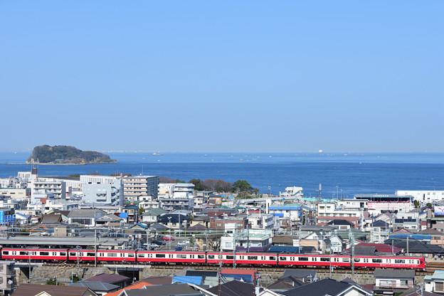 猿島と海と堀ノ内駅に進入する1000形電車