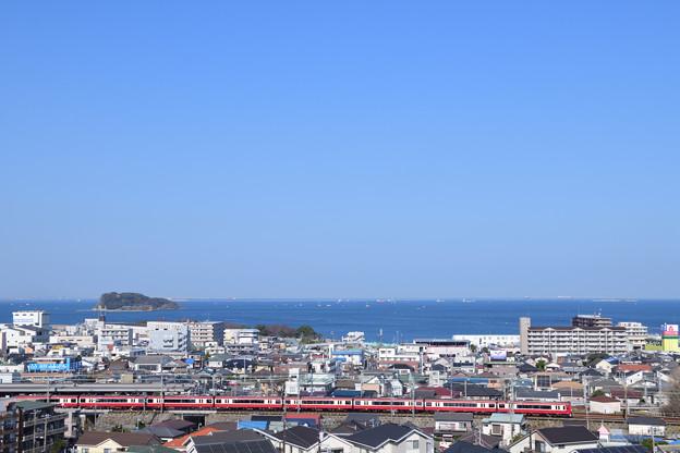 横須賀の青い空、青い海、赤い電車