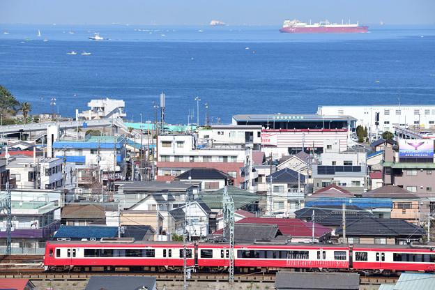 青い海と2100形電車