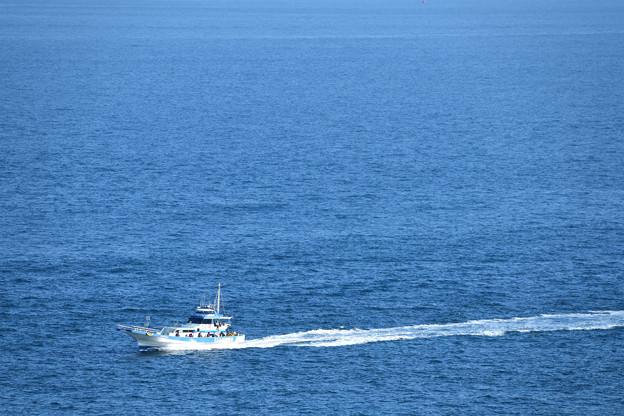 釣り船と航跡