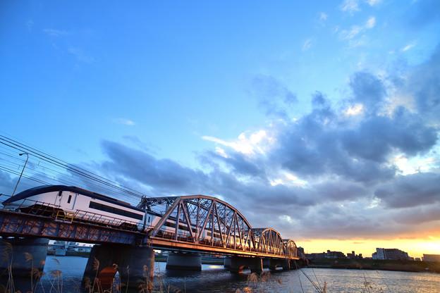 Photos: 夕暮れの鉄橋を渡るスカイライナー