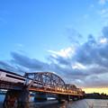 夕暮れの鉄橋を渡るスカイライナー