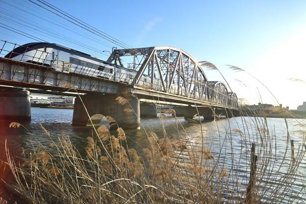 堀切橋を渡るスカイライナー