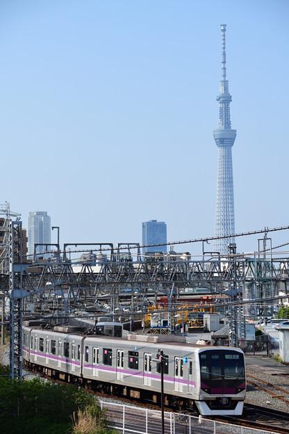 スカイツリーと東京メトロ08系電車