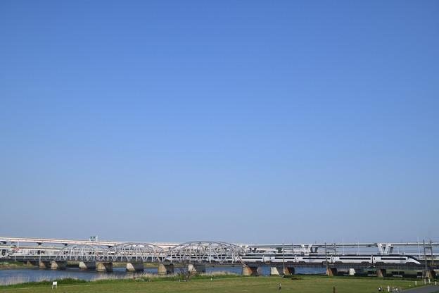 快晴の空、鉄橋を渡る京成スカイライナー