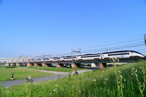 荒川橋梁を渡る京成スカイライナー 穏やかな時間