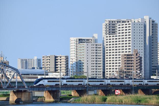高層マンション群と京成スカイライナー