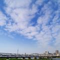 広がる雲と京成スカイライナー