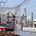 踏切を通過する京急600形電車