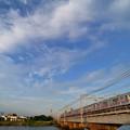 覆うような雲と京成電鉄3500形電車
