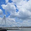 吊り橋と湧き上がる積雲