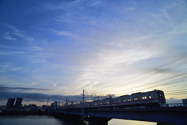 夕焼けに雲がたなびく鉄橋風景