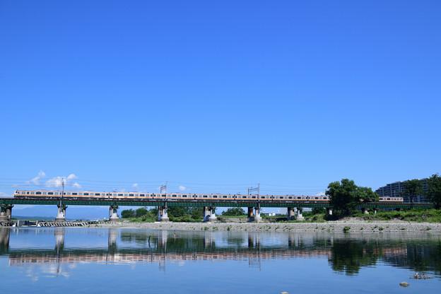 快晴の水鏡の鉄橋を渡る中央線E233系電車