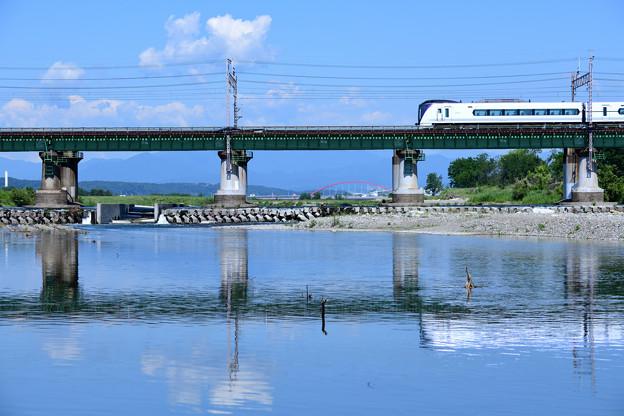 水鏡の鉄橋とE351系特急電車
