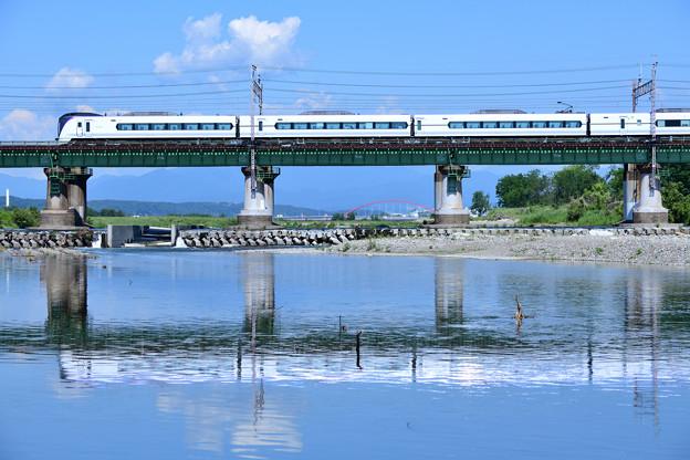 水鏡の鉄橋を渡る中央線E351系特急形電車