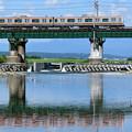 水鏡の鉄橋とE231系電車