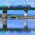 水鏡の鉄橋とEH200型電機が牽く貨物列車