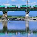 水鏡の鉄橋と石油コンテナ貨物