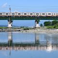 水鏡の多摩川橋梁を渡るE233系電車