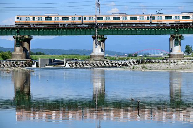 Photos: 水鏡の鉄橋を渡る中央線E233系電車
