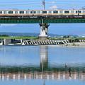 水鏡の鉄橋を渡る中央線E233系電車