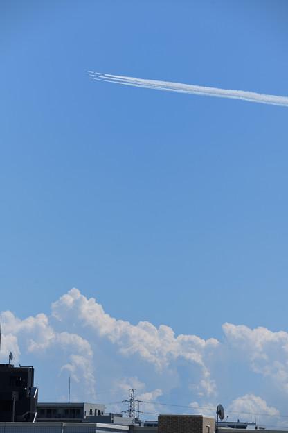 積雲湧く上空を
