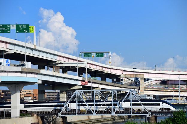 綾瀬川の小さな鉄橋を渡る京成スカイライナー