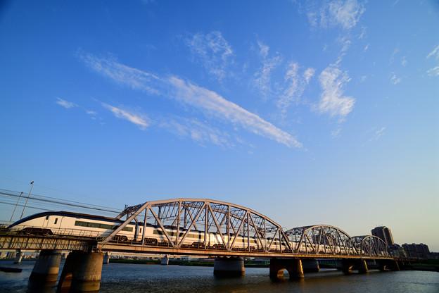 流れる雲と夕日に輝く京成スカイライナー
