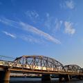流れる雲と夕日に輝く京成電車
