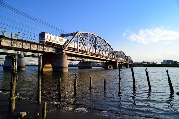 珍しく現れた浜から見上げる荒川橋梁