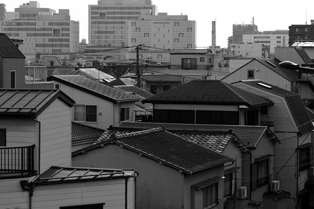 銭湯の煙突を望む住宅街