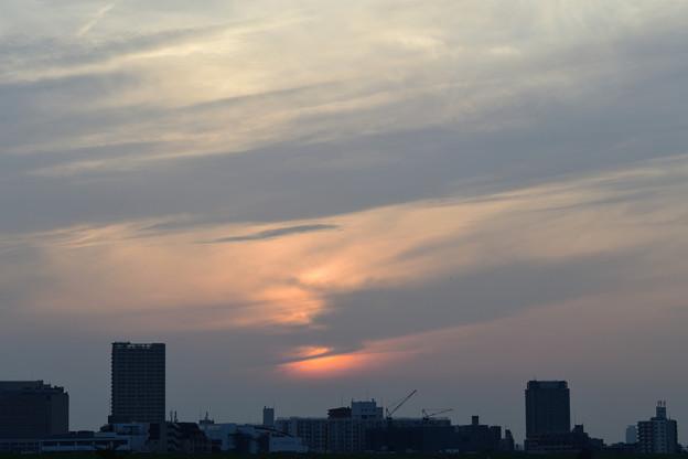 雲の向こうに沈む夕日