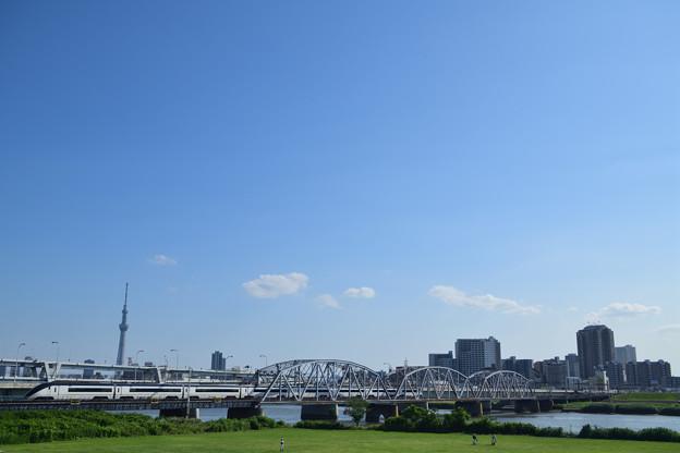 スカイツリーと荒川橋梁を渡る京成スカイライナー