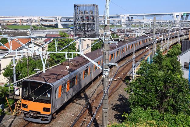 堀切駅を通過する東武鉄道50050型電車