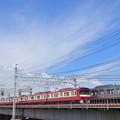 中川の鉄橋を並走で渡る京急600形電車と京成3000形電車