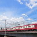 中川の鉄橋を渡る京急600形電車
