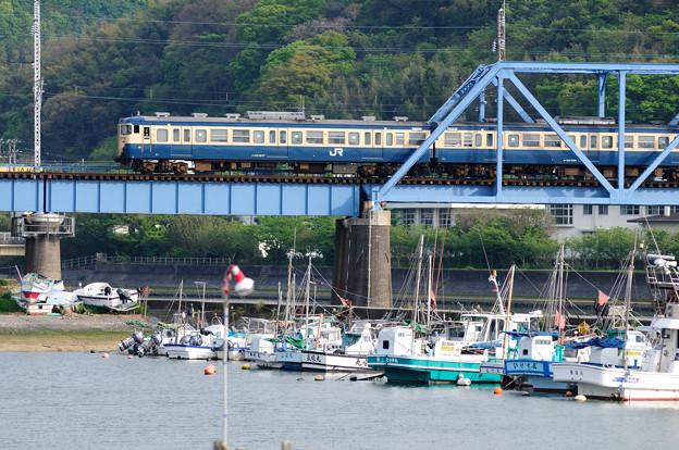 湊川を渡る113系普通電車