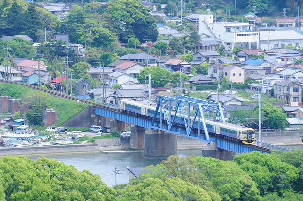 湊川を渡るE257系特急さざなみ号