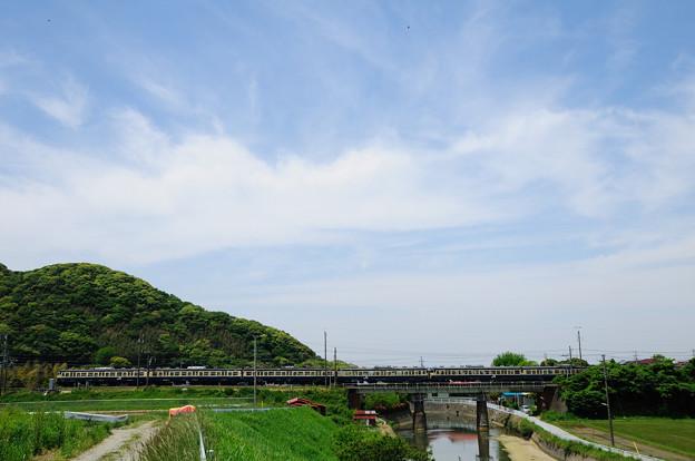 白狐川を渡る113系電車