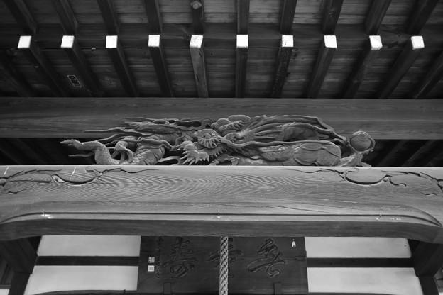 龍の彫刻 モノクロ
