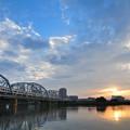 夕暮れと鉄橋を渡る京成シティライナー
