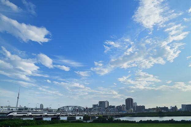 荒川橋梁を渡る京成スカイライナー