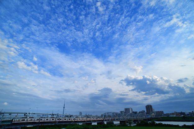 スカイツリーと荒川橋梁を渡る京成電車