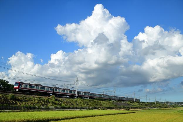 夏雲と京急1000形電車